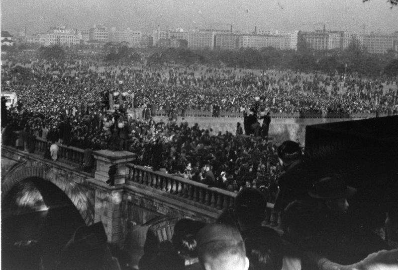 二重橋事故皇居内から見た橋上と広場の群衆 19540102小.jpg