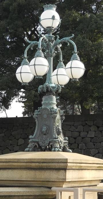 皇居正門石橋 現飾電燈.jpg